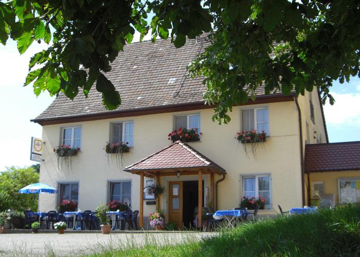 Aussenansicht unter Böumen vom Haus- Gasthaus Grüner Berg